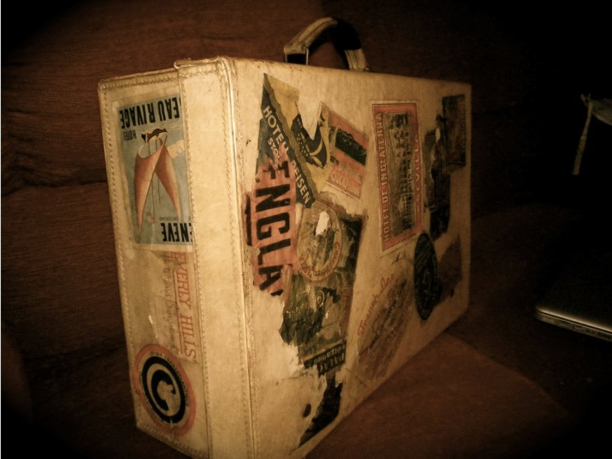 vintage_luggage_with_labels_goldenageoftravel
